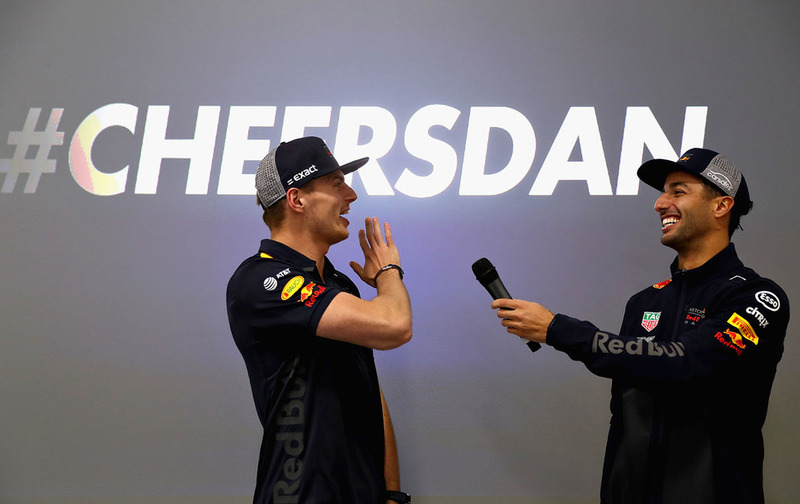 Max Verstappen, Red Bull Racing, y Daniel Ricciardo, Red Bull Racing, hablan al equipo Red Bull Racing
