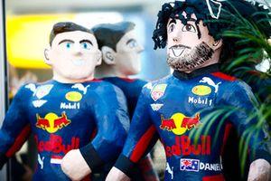Les mascottes de Daniel Ricciardo, Red Bull Racing, et Max Verstappen, Red Bull Racing