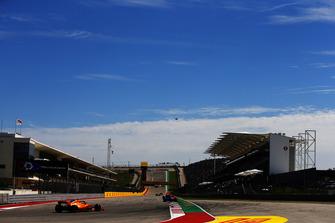 Brendon Hartley, Toro Rosso STR13, leads Stoffel Vandoorne, McLaren MCL33
