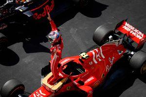 Kimi Raikkonen, Ferrari SF71H, świętuje w parku zamkniętym po wygraniu wyścigu