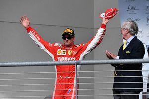 Il vincitore della gara Kimi Raikkonen, Ferrari, festeggia sul podio
