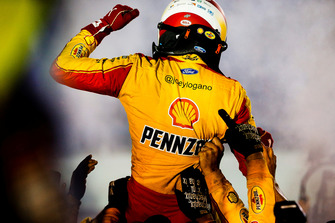 Joey Logano, Team Penske, Ford Fusion Shell Pennzoil and team celebrate