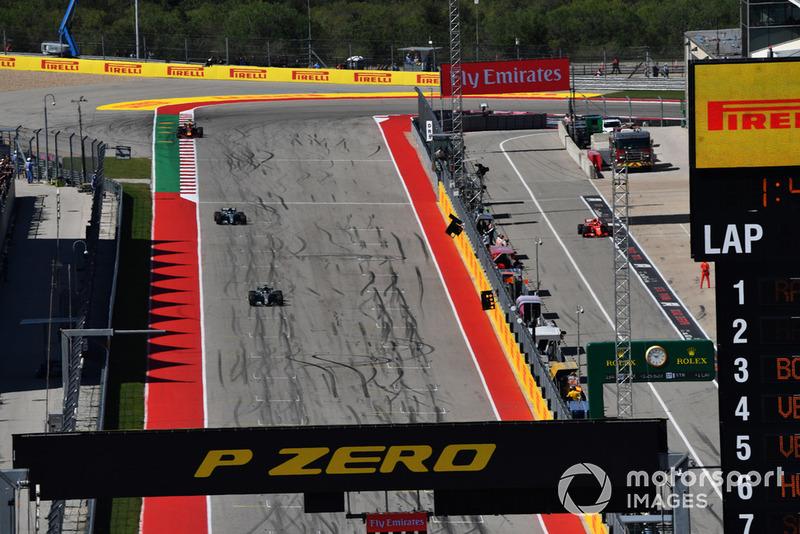 Кими Райкконен, Ferrari SF71H впереди Льюиса Хэмилтона и Валттери Боттаса на Mercedes-AMG F1 W09