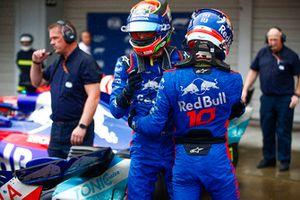 Brendon Hartley, Toro Rosso, et Pierre Gasly, Toro Rosso, se félicitent