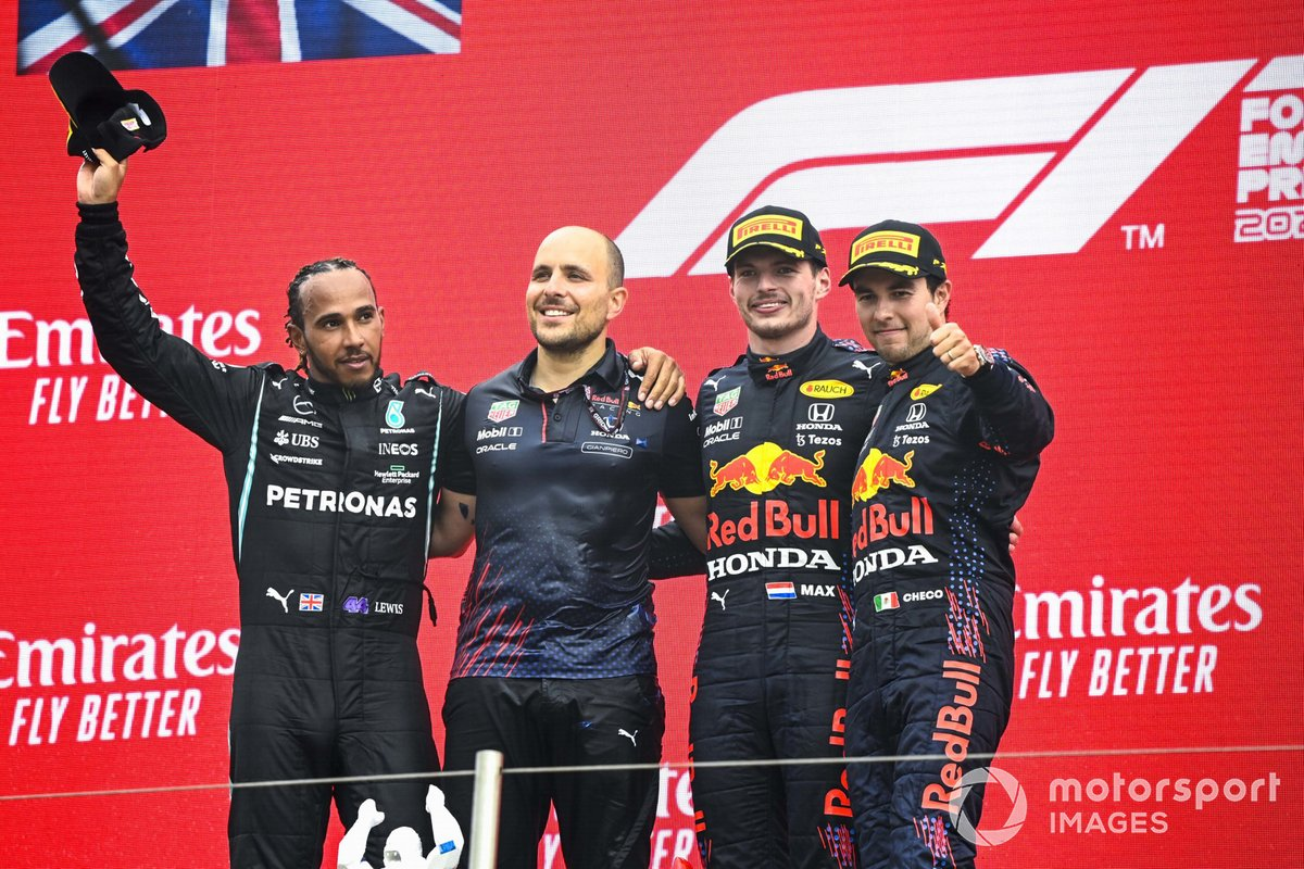 Lewis Hamilton, Mercedes, 2° classificato, Gianpiero Lambiase, Race Engineer, Red Bull Racing, Max Verstappen, Red Bull Racing, 1° classificato, e Sergio Perez, Red Bull Racing, 3° classificato, sul podio