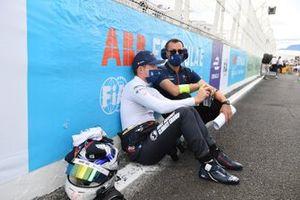 Nick Cassidy, Envision Virgin Racing, sulla griglia di partenza con un ingegnere