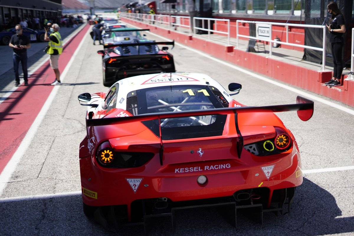 Auto in pit lane