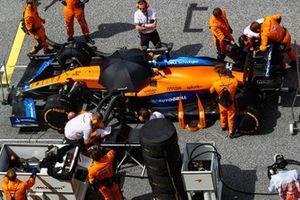 Mechanics prepare the car of Lando Norris, McLaren MCL35M, on the grid