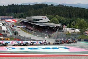 Valtteri Bottas, Mercedes W12, Pierre Gasly, AlphaTauri AT02, Yuki Tsunoda, AlphaTauri AT02,Lance Stroll, Aston Martin AMR21, en de rest van het veld tijdens de start