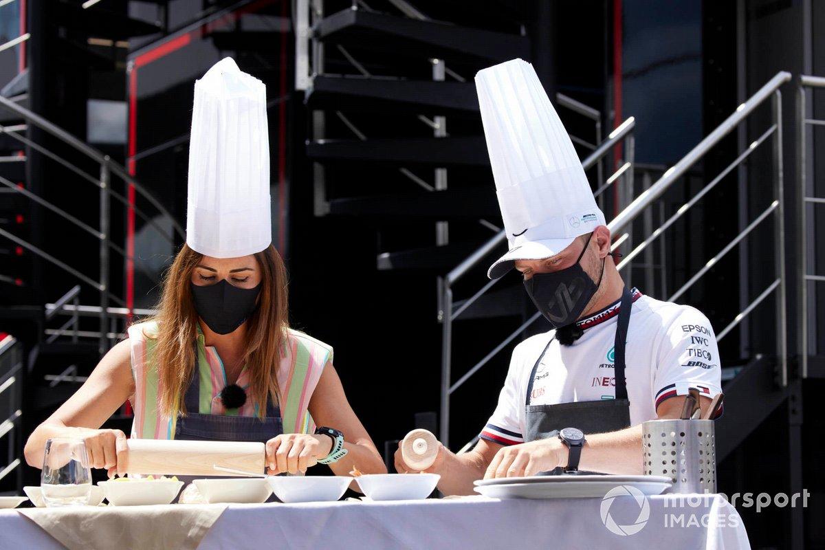 Valtteri Bottas, de Mercedes, participa en una dinámica de chef de cocina