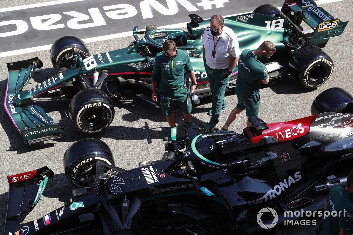 El coche de Lewis Hamilton Mercedes W12, y el de Lance Stroll Aston Martin AMR21 en pit lane
