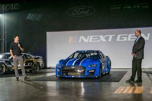 Joey Logano et Mark Rushbrook, directeur général de Ford Performance Motorsports, pour Ford Motor Company