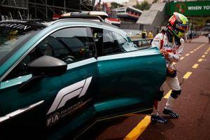 Mick Schumacher, Haas F1, torna in pit lane nella Medical Car dopo il suo incidente in FP3