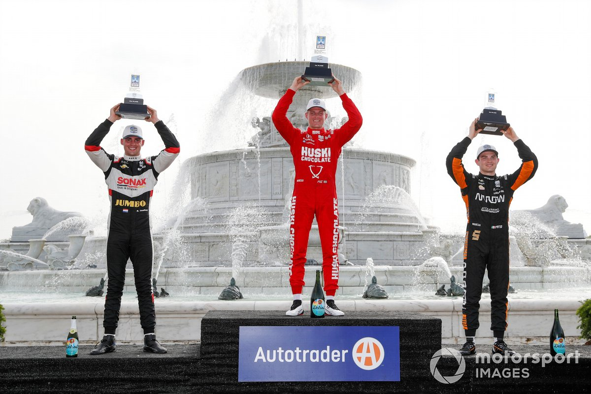Podio: segundo lugar Rinus VeeKay, Ed Carpenter Racing Chevrolet, ganador Marcus Ericsson, Chip Ganassi Racing Honda, tercer lugar Patricio O'Ward, Arrow McLaren SP Chevrolet