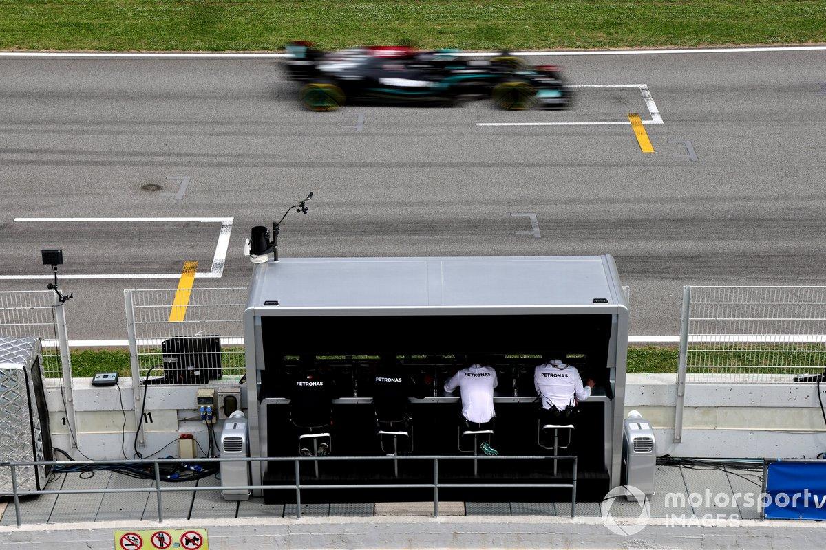 Lewis Hamilton, Mercedes W12, pasa por delante de su equipo Mercedes en el pit wall