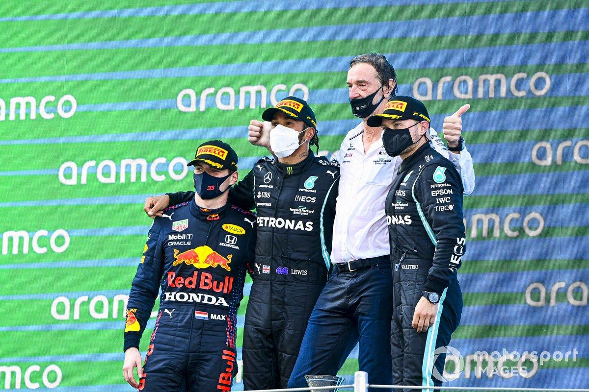 Max Verstappen, Red Bull Racing, 2 ° posto, Lewis Hamilton, Mercedes, 1 ° posto, il rappresentante della Mercedes e Valtteri Bottas, Mercedes, 3 ° posto, sul podio