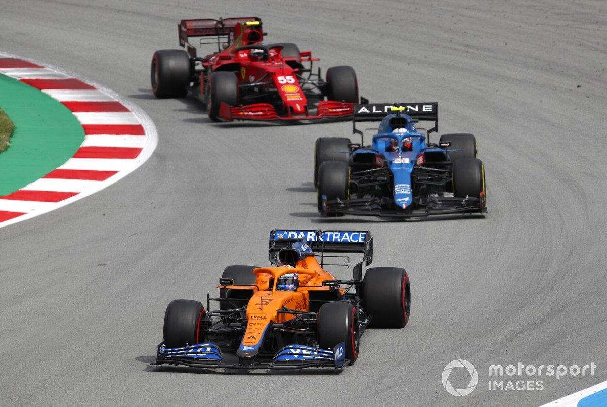 Daniel Ricciardo, McLaren MCL35M, Esteban Ocon, Alpine A521, y Carlos Sainz Jr., Ferrari SF21