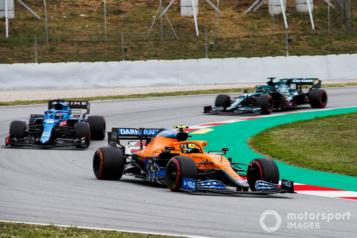 Lando Norris, McLaren MCL35M, Fernando Alonso, Alpine A521, e Lance Stroll, Aston Martin AMR21