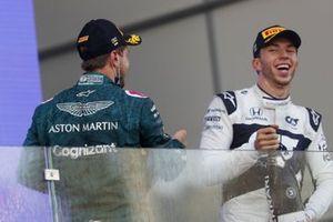 Podio: segundo lugar Sebastian Vettel, Aston Martin, tercer lugar Pierre Gasly, AlphaTauri