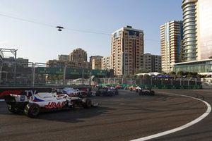 Mick Schumacher, Haas VF-21 et Nikita Mazepin, Haas VF-21, ferment le peloton au départ