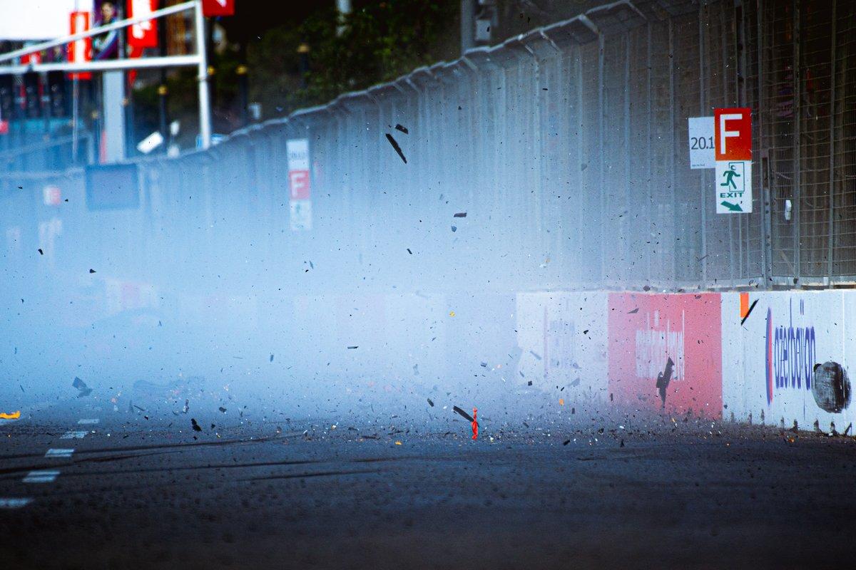 Escombros volando sobre la pista tras el accidente de Max Verstappen, Red Bull Racing RB16B