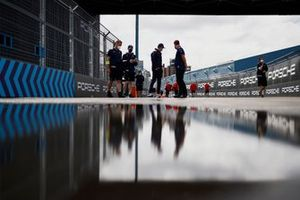 Nick Cassidy, Envision Virgin Racing, walks the track