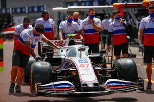 Mechanics with the car of Mick Schumacher, Haas VF-21
