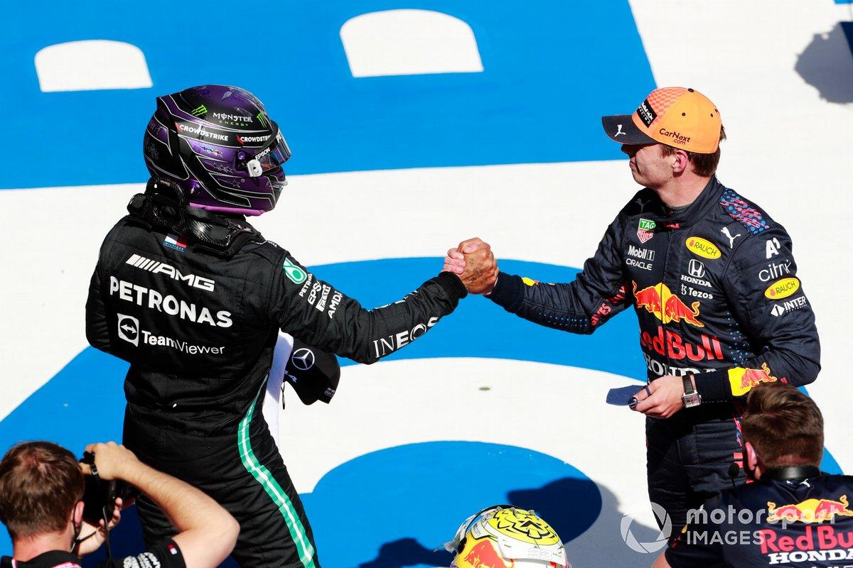 Segundo puesto Lewis Hamilton, Mercedes felicita al ganador de la pole Max Verstappen, Red Bull Racing, en Parc Ferme
