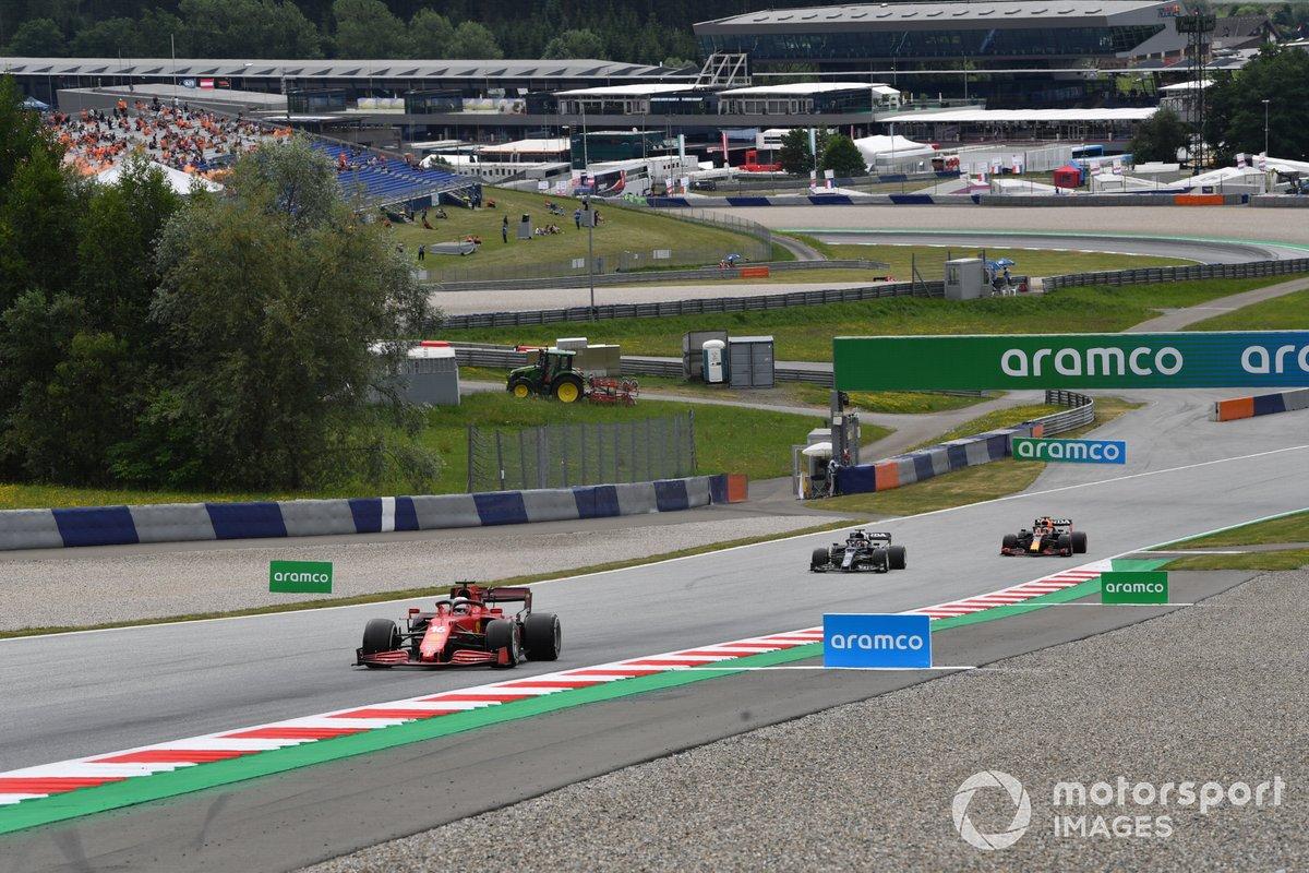 Charles Leclerc, Ferrari SF21, Yuki Tsunoda, AlphaTauri AT02, e Max Verstappen, Red Bull Racing RB16B