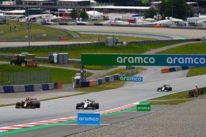 Max Verstappen, Red Bull Racing RB16B, Mick Schumacher, Haas VF-21, y Roy Nissany, piloto de desarrollo de Williams FW43B