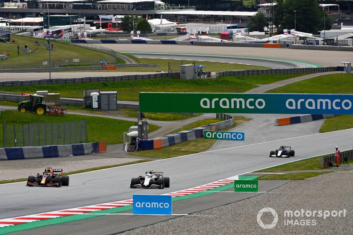 Max Verstappen, Red Bull Racing RB16B, Mick Schumacher, Haas VF-21, e Roy Nissany, collaudatore, Williams FW43B