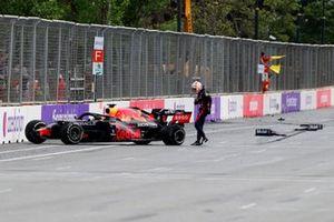 Max Verstappen, Red Bull Racing RB16B,prende a calci la sua macchina dopo il ritiro
