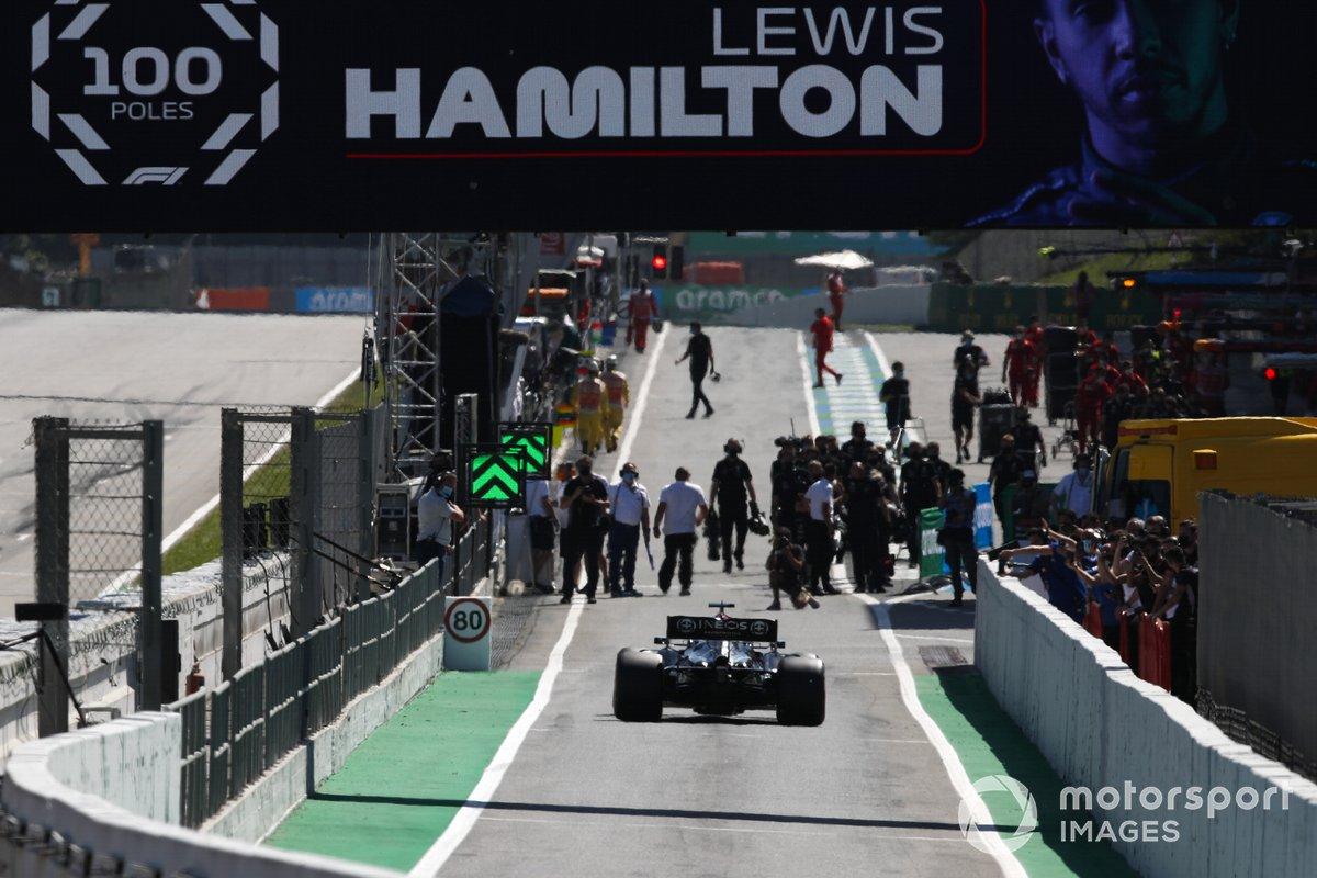 Lewis Hamilton, Mercedes W12, entra en el Parc Ferme tras conseguir su pole position 100 en la F1