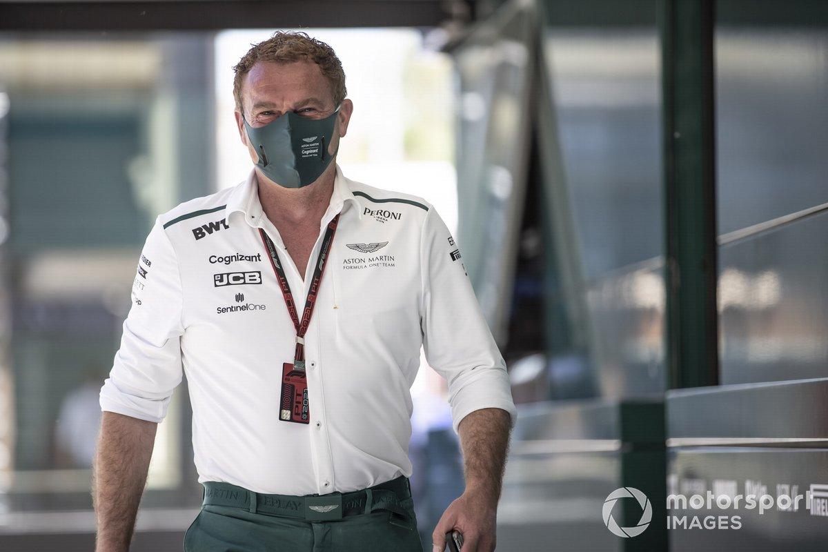 Un miembro del equipo Aston Martin en los pits