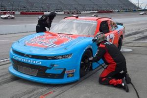 Kyle Weatherman, Mike Harmon Racing, Chevrolet Camaro Pit Viper Sunglasses, effectue un arrêt au stand