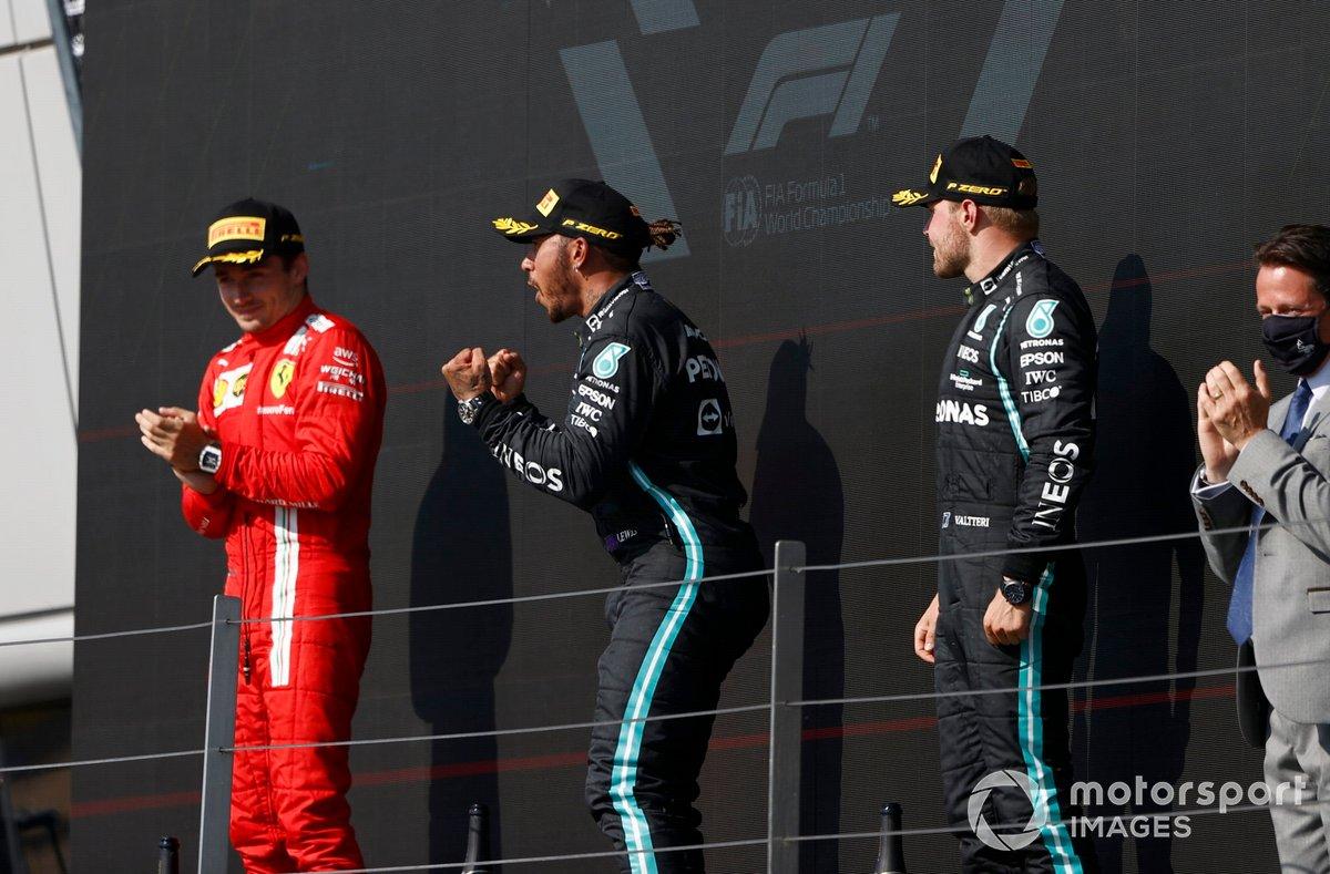 Charles Leclerc, Ferrari, secondo classificato, Lewis Hamilton, Mercedes, primo classificato, e Valtteri Bottas, Mercedes, terzo classificato, sul podio