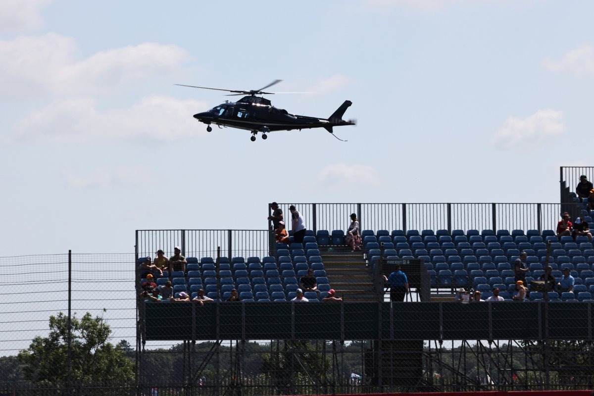 Un helicóptero Agusta A109E Power aterriza en el circuito