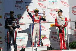 Podio Gara 3: il secondo classificato Yan Shlom, RB Racing, il vincitore Marcos Siebert, Jenzer Moto