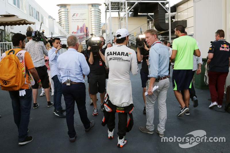 Johnny Herbert, Sky Sports F1 Presentador con Sergio Pérez, Sahara Force India F1 y Simon Lazenby, Sky Sports F1 TV Presentador