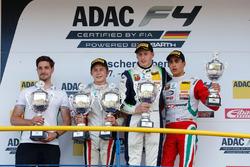 Podio: ganador de la carrera Kim-Luis Schramm, US Racing, segundo lugar Leonard Hoogenboom, Van Amersfoort Racing, tercer lugar Juan Manuel Correa, Prema Powerteam
