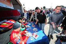 #83 AF Corse Ferrari 458 Italia: Francois Perrodo, Emmanuel Collard, Rui Aguas aláírásokat osztanak