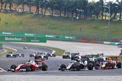 Кими Райкконен, Ferrari SF16-H, и Дженсон Баттон, McLaren MP4-31