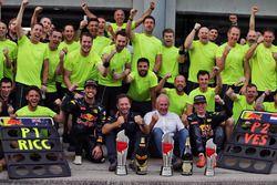 Sieger Daniel Ricciardo, Red Bull Racing; 2. Max Verstappen, Red Bull Racing, Dr Helmut Marko, Red B