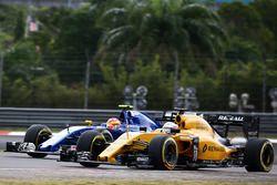 Kevin Magnussen, Renault Sport F1 Team RS16 and Felipe Nasr, Sauber C35