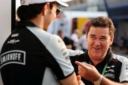 Sergio Perez, Sahara Force India F1 avec Steve Curnow, directeur commercial Sahara Force India F1 Team