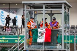 Oficiales de la pista antes de la carrera