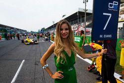 La grid girl de Mitch Evans, Pertamina Campos Racing
