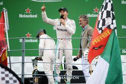 Yarış galibi Nico Rosberg, Mercedes AMG F1 ve Eddie Jordan podyumda