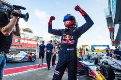 Richard Verschoor viert zijn overwinning