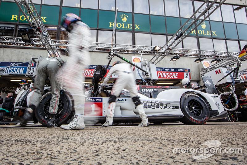 Тренування піт-стопів #1 Porsche Team Porsche 919 Hybrid: ТІмо Бернхард, Марк Веббер та Брендон Харт